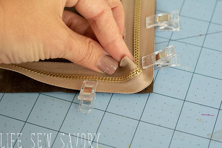 Sewing the zipper around corners