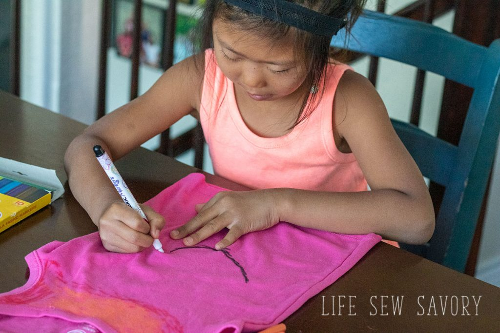 color a shirt with fabric markers